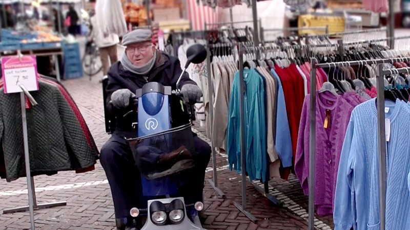 We zien we Mijnheer Bijen, een marktkoopman in hart en nieren.. 40 jaar tussen tinneroy